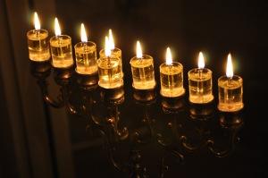 el aceite representa la Jojmá de Hashem. Nosotros nos preparamos para ser sus recipientes.